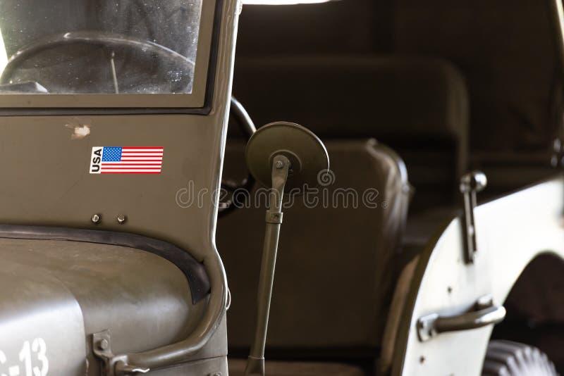 Το αμερικανικό στρατιωτικό τζιπ Το παλαιό αυτοκίνητο - αγαθό και τώρα στοκ εικόνες