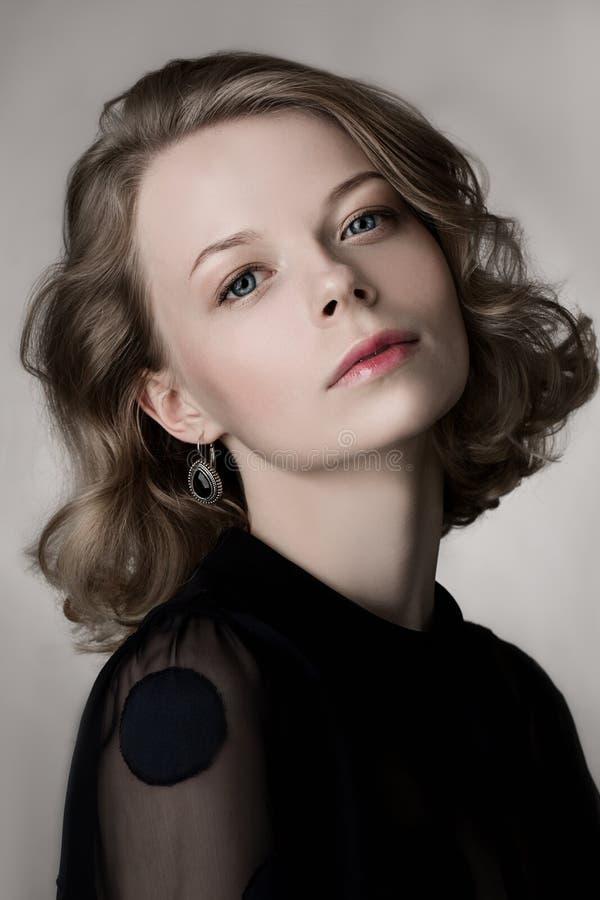 Το λαμπρό highlighter μόδας στο δέρμα, προκλητικά χείλια ερμηνείας ετοιμάζει και κυρτά ξανθά μαλλιά Πορτρέτο ομορφιάς του προτύπο στοκ φωτογραφία