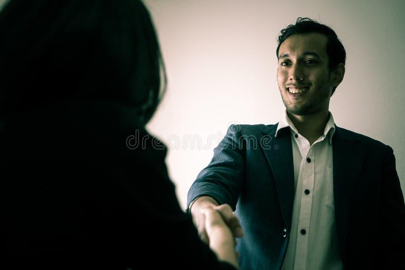 Το ανέντιμο επιχειρησιακό άτομο δίνει ένα κούνημα χεριών με το διάβολο κοιτάζει στοκ φωτογραφίες με δικαίωμα ελεύθερης χρήσης