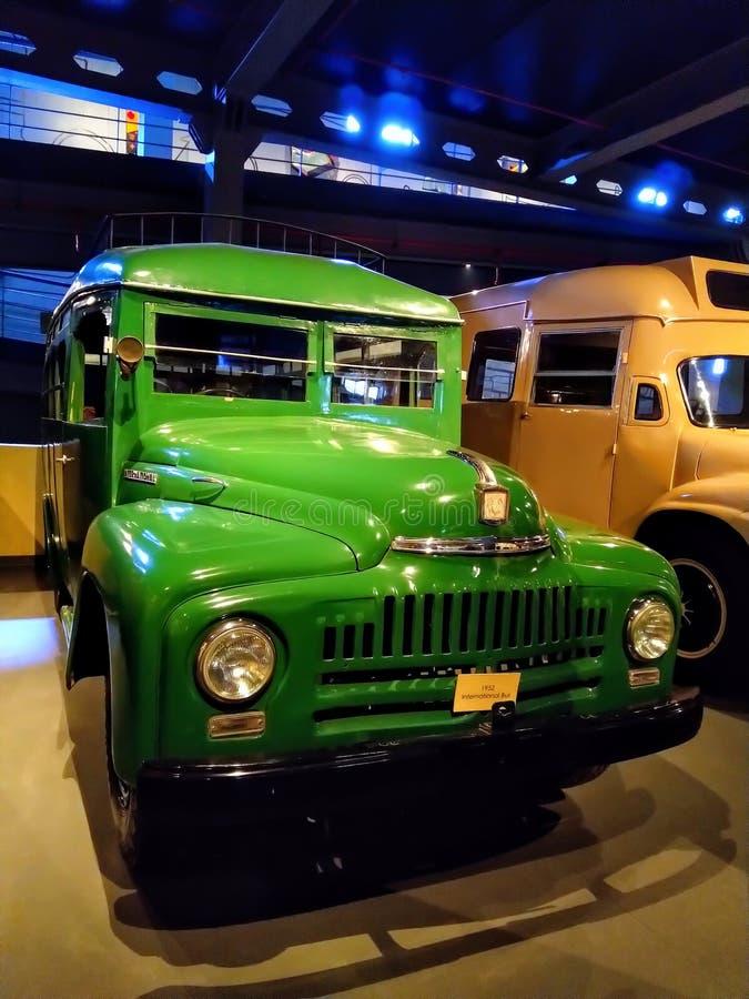 Το αναδρομικό εκλεκτής ποιότητας λεωφορείο, φορτηγό παρουσιάζει στο μουσείο στοκ εικόνες