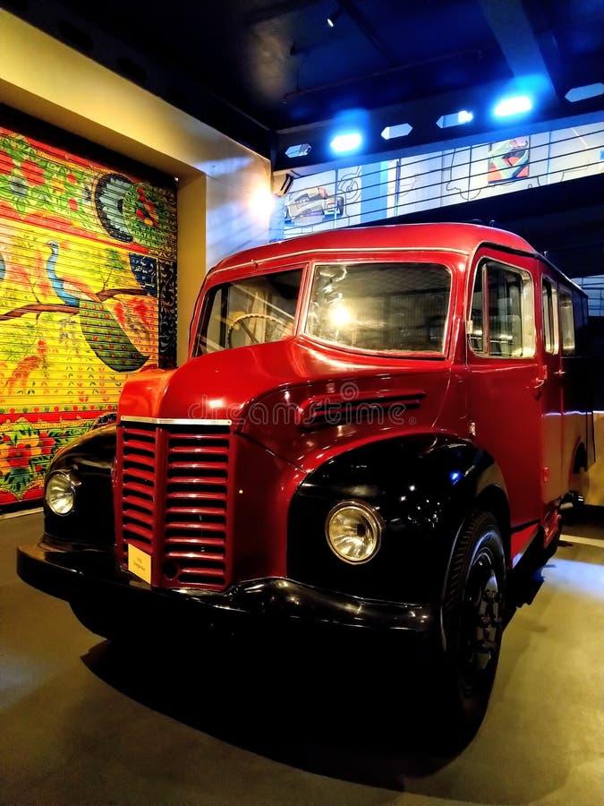Το αναδρομικό εκλεκτής ποιότητας σχολικό λεωφορείο τεχνάσματος παρουσιάζει στο μουσείο στοκ εικόνα