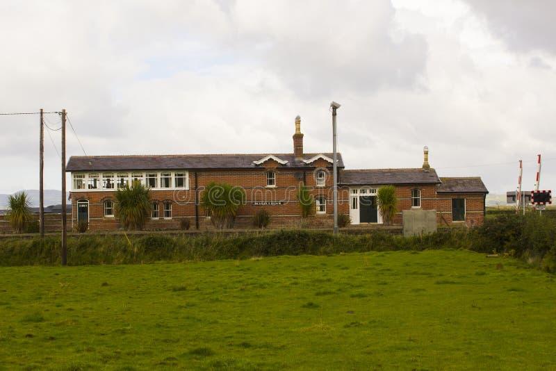 Το ανανεωμένο αυτόματο σπίτι περάσματος και σταθμών ραγών σε Magilligan στη βόρεια ακτή της Ιρλανδίας στη κομητεία Londonderry σε στοκ φωτογραφίες με δικαίωμα ελεύθερης χρήσης