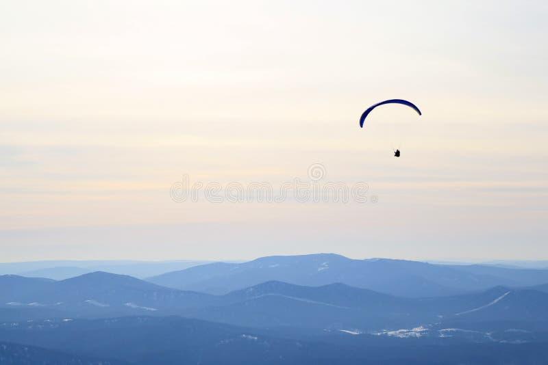 Το ανεμόπτερο πετά στον ουρανό επάνω από τα βουνά 33c ural χειμώνας θερμοκρασίας της Ρωσίας τοπίων Ιανουαρίου στοκ εικόνες με δικαίωμα ελεύθερης χρήσης