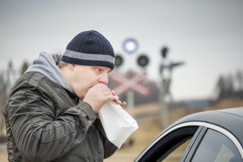 Το ανησυχημένο άτομο αναπνέει σε μια τσάντα εγγράφου στοκ φωτογραφία με δικαίωμα ελεύθερης χρήσης