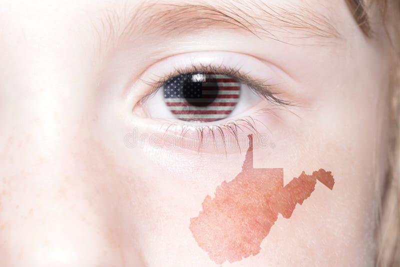 Το ανθρώπινο πρόσωπο ` s με τη εθνική σημαία των Ηνωμένων Πολιτειών της Αμερικής και η δυτική Βιρτζίνια δηλώνουν το χάρτη στοκ εικόνες