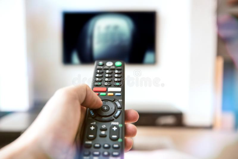Το ανθρώπινο χέρι κρατά έναν τηλεχειρισμό στοκ φωτογραφίες