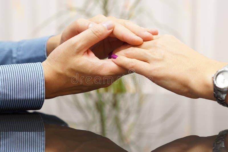 Το ανθρώπινο χέρι χαϊδεύει ένα χέρι γυναικών Εραστές και χρονολόγηση της έννοιας στοκ φωτογραφία