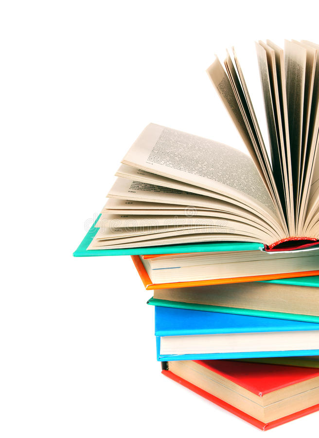 Το ανοικτό βιβλίο σε έναν σωρό των πολύχρωμων βιβλίων στοκ εικόνες