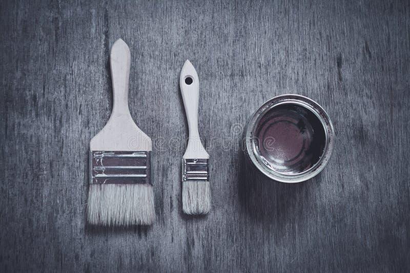 Το ανοικτό κενό μεταλλικό χρώμα μπορεί και δύο βούρτσες στοκ φωτογραφία με δικαίωμα ελεύθερης χρήσης