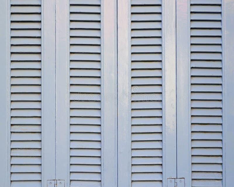 Το ανοικτό μπλε γαλλικό παράθυρο ύφους κλείνει με παντζούρια το σχέδιο στοκ φωτογραφία με δικαίωμα ελεύθερης χρήσης