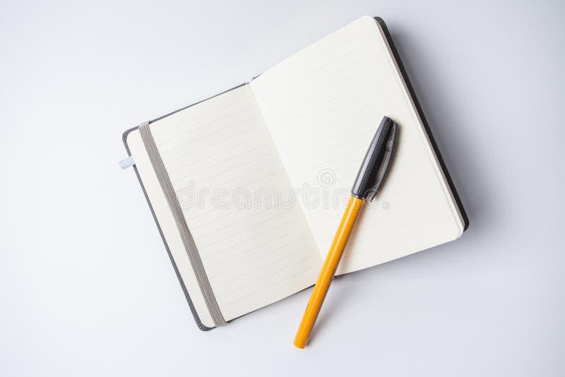 Το ανοικτό σημειωματάριο με ένα πορτοκάλι σε το στοκ φωτογραφία με δικαίωμα ελεύθερης χρήσης