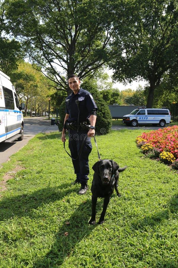 Το αντίθετο γραφείο Κ-9 τρομοκρατίας NYPD αστυνομικός και σκυλί Κ-9 που παρέχουν την ασφάλεια στο εθνικό κέντρο αντισφαίρισης κατ στοκ φωτογραφίες