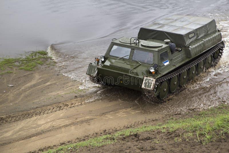 Το ανώμαλο όχημα διασχίζει τον ποταμό στοκ φωτογραφίες