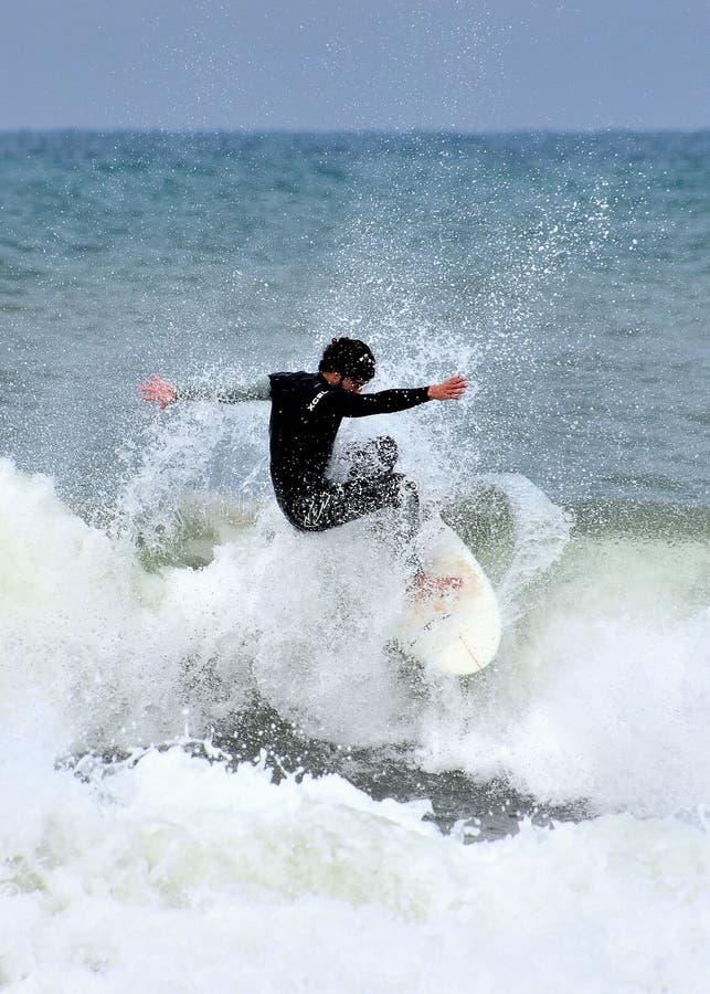 Το ανώνυμο surfer παλεύει τη θυελλώδη Μεσόγειο στοκ φωτογραφίες με δικαίωμα ελεύθερης χρήσης