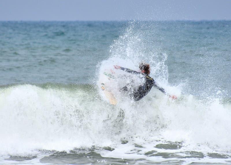 Το ανώνυμο surfer παλεύει τη θυελλώδη Μεσόγειο στοκ φωτογραφία