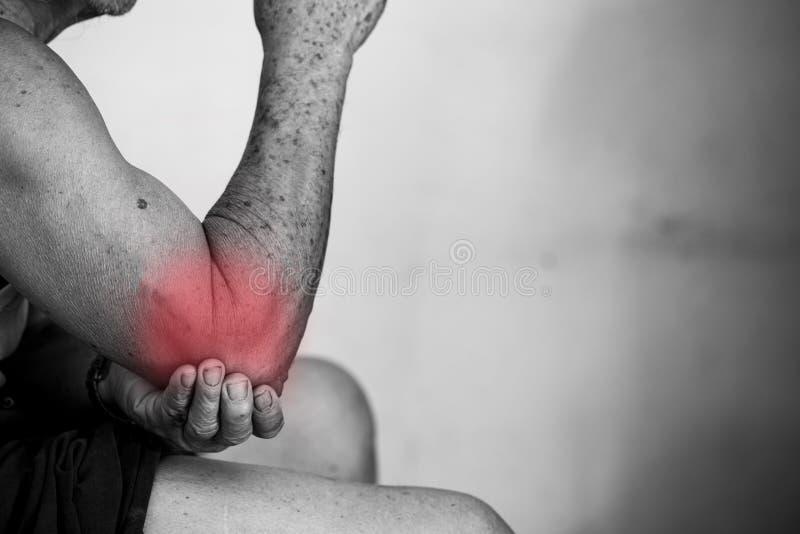 Το ανώτερο άτομο με την ανάφλεξη αγκώνων χρωμάτισε στο κόκκινο που πάσχει από τον πόνο και το ρευματισμό στοκ φωτογραφία με δικαίωμα ελεύθερης χρήσης