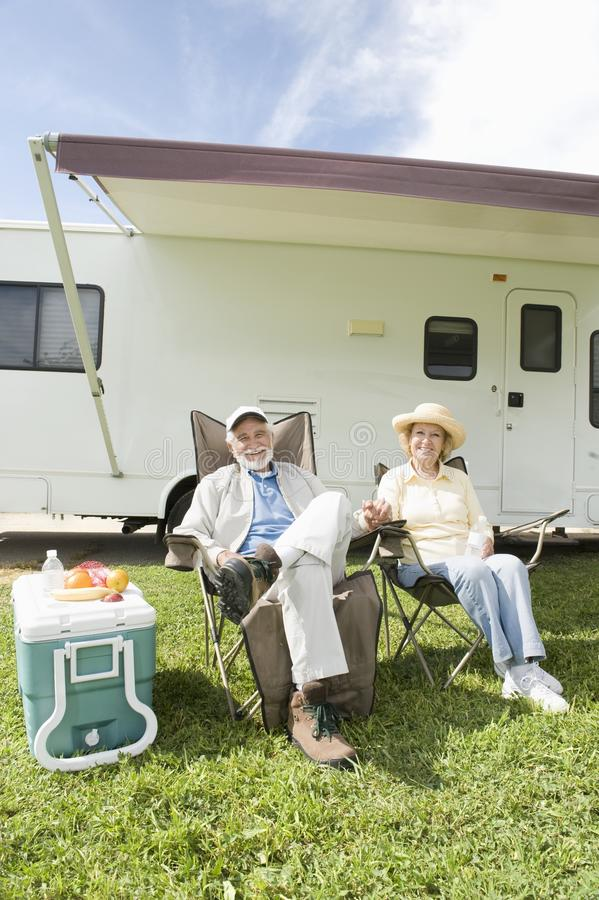 Το ανώτερο ζεύγος κάθεται έξω από το σπίτι rv στοκ φωτογραφία με δικαίωμα ελεύθερης χρήσης