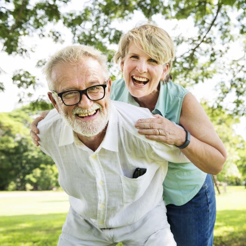 Το ανώτερο ζεύγος χαλαρώνει την έννοια τρόπου ζωής μαζί στοκ φωτογραφία