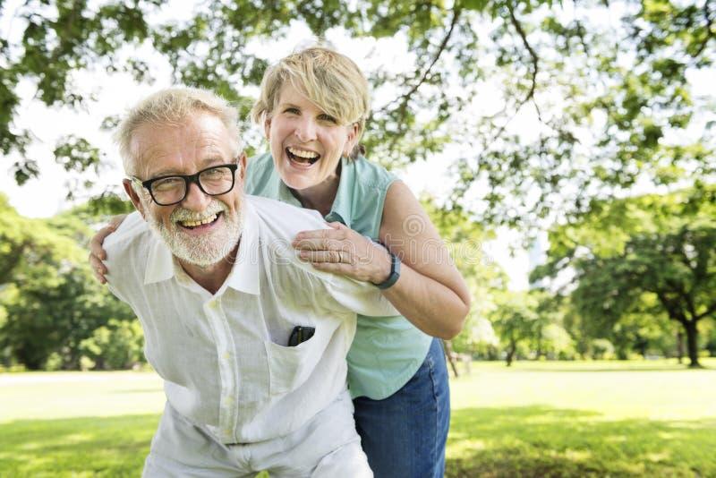 Το ανώτερο ζεύγος χαλαρώνει την έννοια τρόπου ζωής μαζί στοκ εικόνες