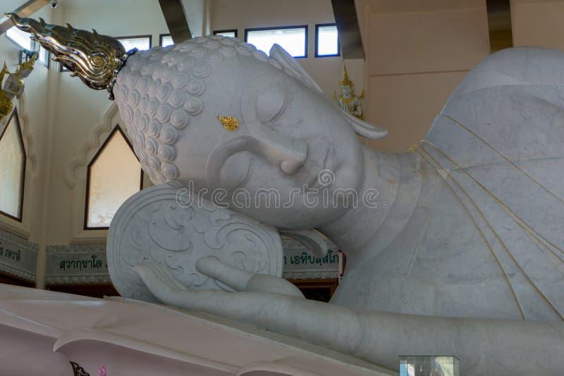 Το ανώτερο μέρος στο γιγαντιαίο λευκό ξαπλώνοντας Βούδα έκανε του άσπρου μαρμάρου στην αίθουσα εικόνας του Βούδα στο ναό κυβέρνησ στοκ εικόνα με δικαίωμα ελεύθερης χρήσης