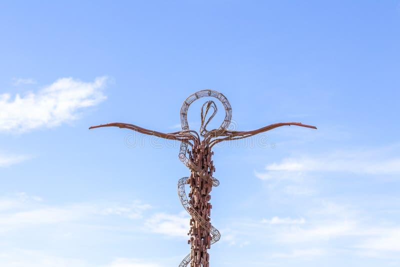 Το ανώτερο μέρος του μνημείου - το προσωπικό του Μωυσή στην αναμνηστική εκκλησία του Μωυσή στο υποστήριγμα Nebo κοντά στην πόλη M στοκ εικόνες
