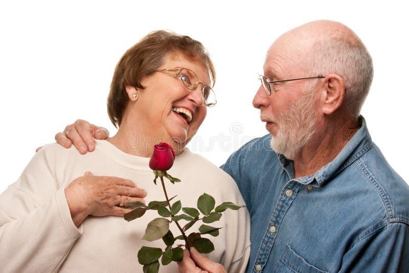 Το ανώτερο δόσιμο συζύγων κόκκινο ανήλθε στη σύζυγο στοκ εικόνα