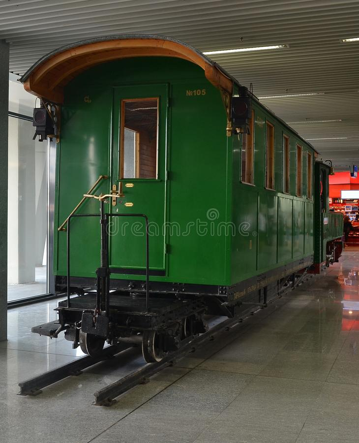 Το αποκατεστημένο παλαιό τραίνο του 1918 με ένα πράσινο επιβατικό αυτοκίνητο στοκ φωτογραφία με δικαίωμα ελεύθερης χρήσης