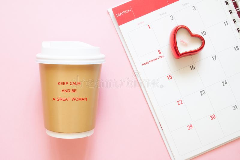 Το απόσπασμα έμπνευσης κρατά ήρεμος και είναι μεγάλη γυναίκα στο φλυτζάνι καφέ με το ημερολόγιο Μάρτιος, 8ος Ημέρα γυναικών ` s στοκ φωτογραφίες