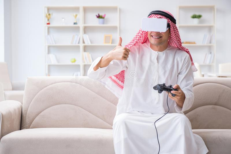 Το αραβικό άτομο έθισε στα τηλεοπτικά παιχνίδια στοκ φωτογραφία με δικαίωμα ελεύθερης χρήσης