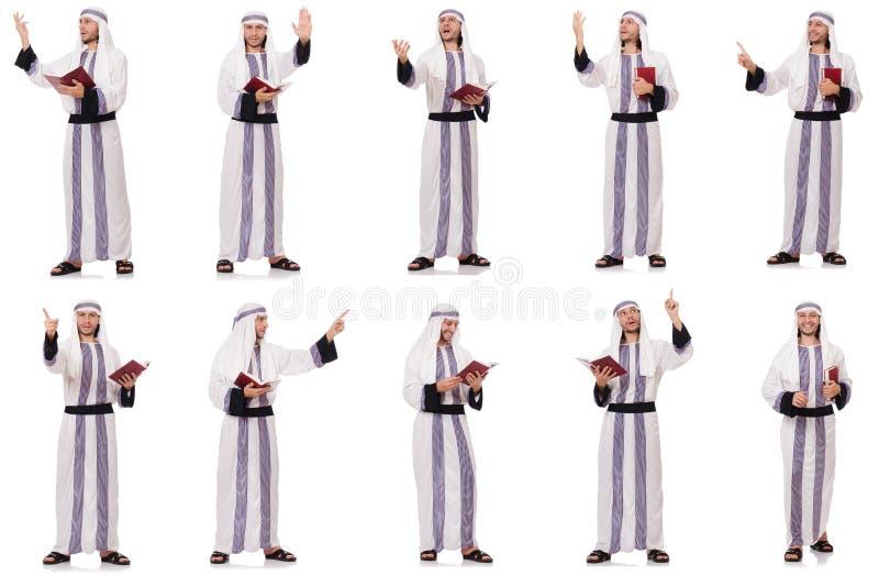 Το αραβικό άτομο με το koran που απομονώνεται στο λευκό στοκ εικόνες