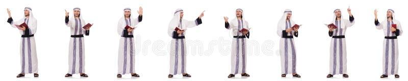 Το αραβικό άτομο με το koran που απομονώνεται στο λευκό στοκ εικόνα