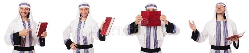 Το αραβικό άτομο με το koran που απομονώνεται στο λευκό στοκ φωτογραφίες