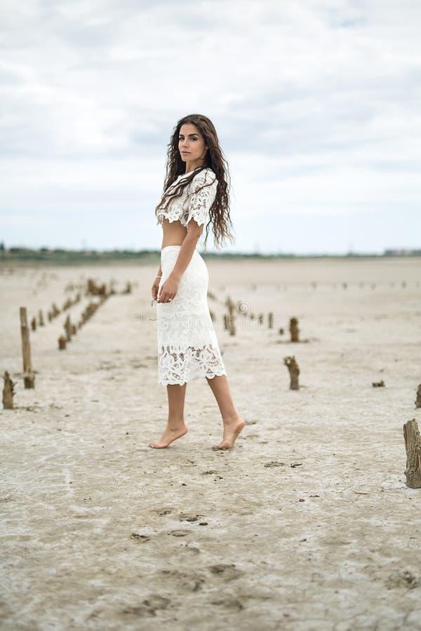 Το αρκετά ξυπόλυτο κορίτσι στέκεται λοξά στοκ εικόνες