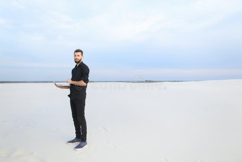 το αρσενικό συγγραφέων με το lap-top επιδιώκει την έμπνευση στην παραλία στοκ εικόνα με δικαίωμα ελεύθερης χρήσης