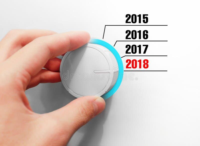 Το αρσενικό χέρι γυρίζει το διακόπτη Έτη διακοπτών Περιλαμβάνει νέο το 2018 στοκ φωτογραφίες με δικαίωμα ελεύθερης χρήσης
