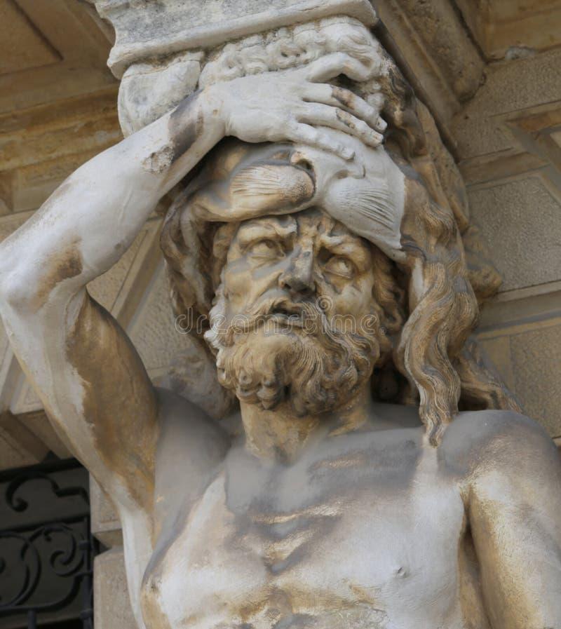 Το αρχαίο άγαλμα κάλεσε τις καρυάτιδες και φαίνεται να έχει τους πονοκέφαλους στοκ φωτογραφία