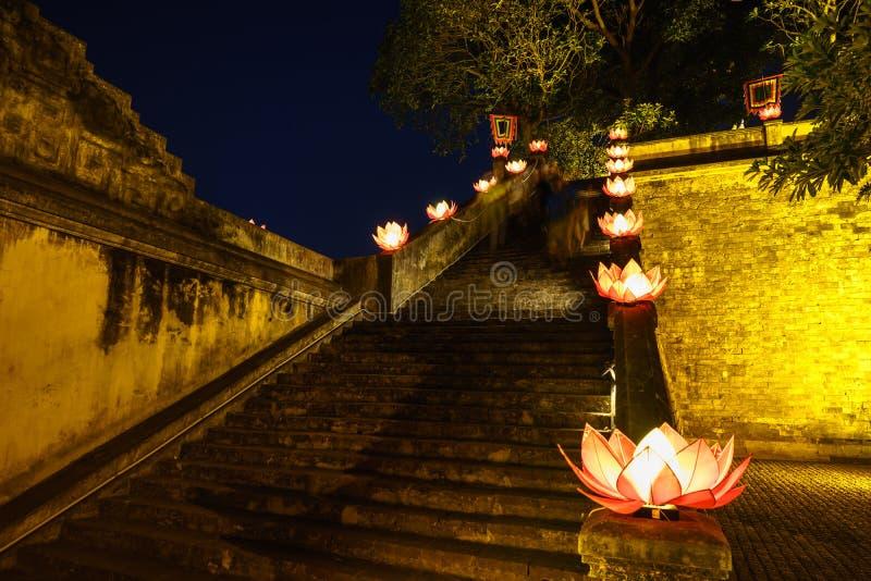 Το αρχαίο αρχιτεκτονικό κτήριο κινηματογραφήσεων σε πρώτο πλάνο με τη γιρλάντα βουδισμού ανθίζει μια νύχτα στοκ φωτογραφία με δικαίωμα ελεύθερης χρήσης
