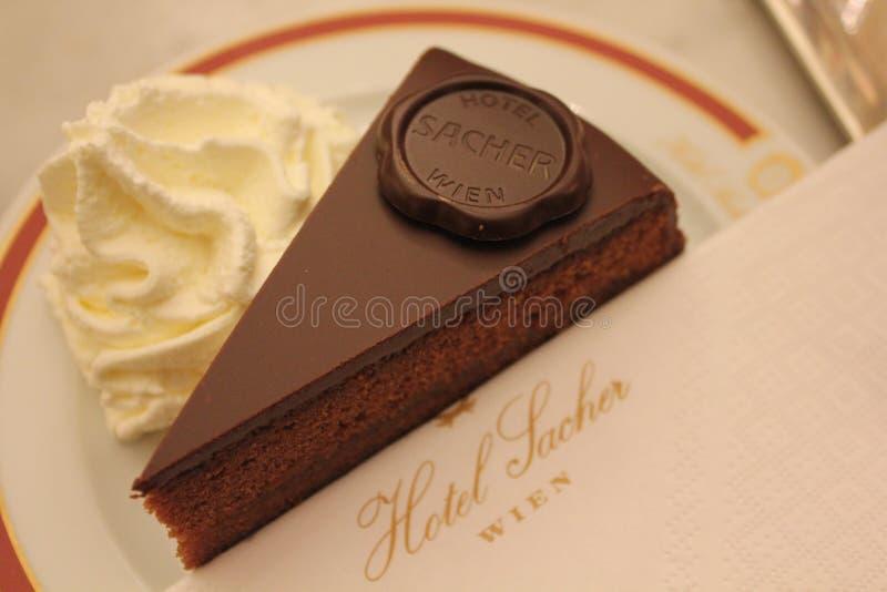 Το αρχικό Sacher Torte εξυπηρέτησε με την κτυπημένη κρέμα στοκ εικόνες