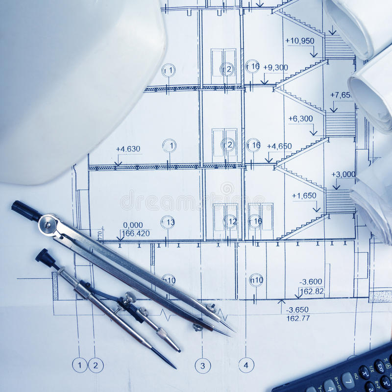 Το αρχιτεκτονικό πρόγραμμα, σχεδιαγράμματα, σχεδιάγραμμα κυλά, διαιρέτης πυξίδων, υπολογιστής, άσπρη ασφάλεια στα σχέδια Άποψη ερ στοκ φωτογραφία με δικαίωμα ελεύθερης χρήσης