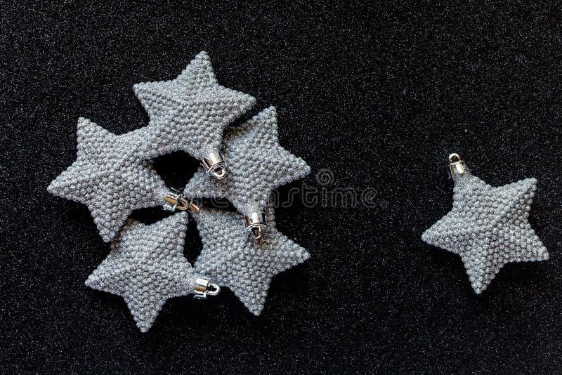 Το ασημένιο αστέρι Χριστουγέννων διακοσμεί το σκοτεινό υπόβαθρο glittery του OM με το διάστημα αντιγράφων στοκ φωτογραφία