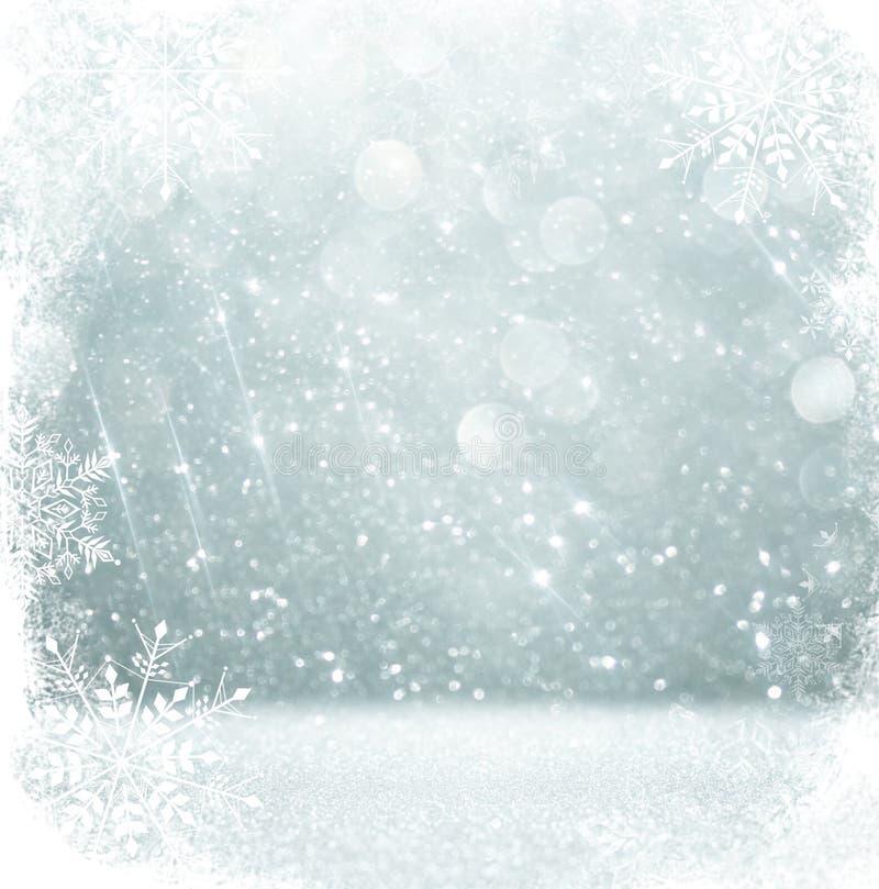 Το ασημένιο και άσπρο bokeh τα φω'τα με snowflake την επικάλυψη αφηρημένη ανασκόπηση στοκ εικόνα με δικαίωμα ελεύθερης χρήσης