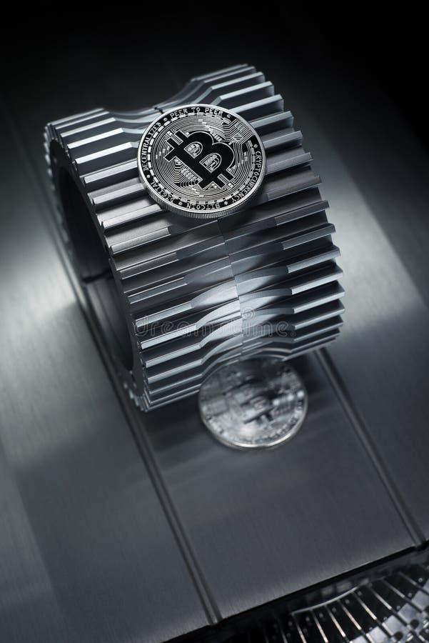 Το ασημένιο crypto Bitcoin νόμισμα νομίσματος βρίσκεται gearwheel στοκ εικόνες