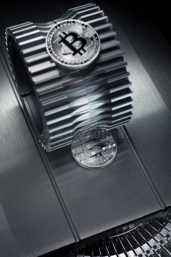 Το ασημένιο crypto Bitcoin νόμισμα νομίσματος βρίσκεται gearwheel στοκ εικόνα