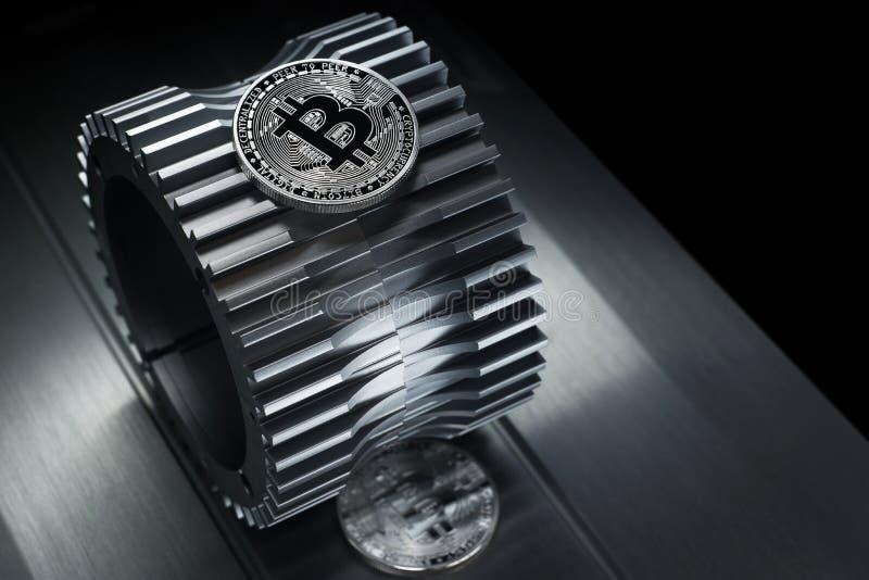 Το ασημένιο crypto Bitcoin νόμισμα νομίσματος βρίσκεται gearwheel στοκ φωτογραφία