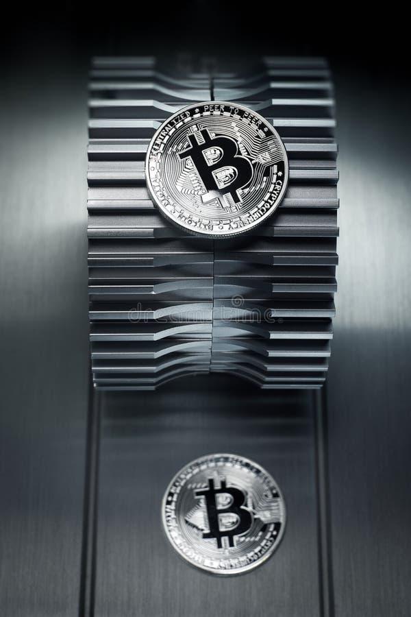 Το ασημένιο crypto Bitcoin νόμισμα νομίσματος βρίσκεται gearwheel στοκ φωτογραφίες