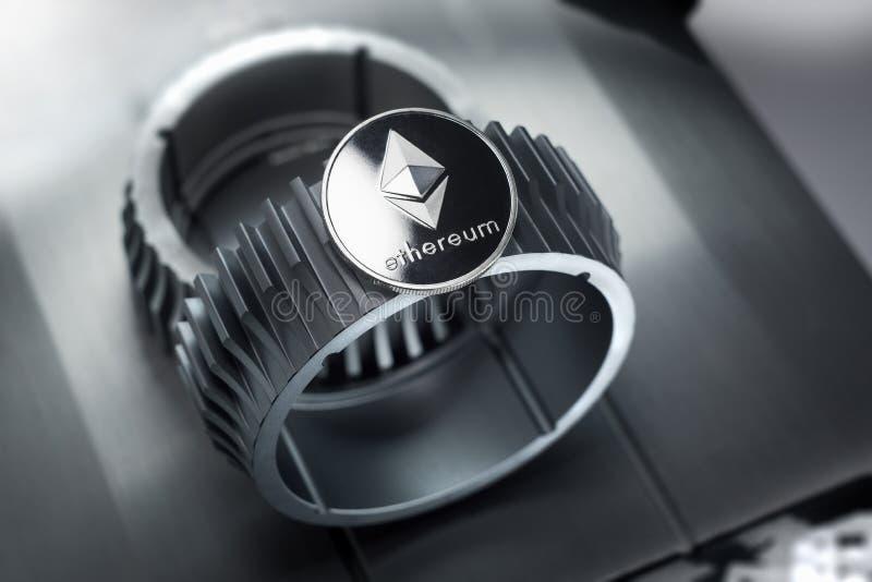 Το ασημένιο crypto Ethereum νόμισμα βρίσκεται gearwheel στοκ εικόνες