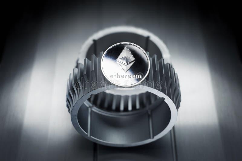 Το ασημένιο crypto Ethereum νόμισμα βρίσκεται gearwheel στοκ φωτογραφία