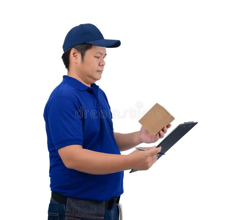Το ασιατικό άτομο παράδοσης που εργάζεται στο μπλε πουκάμισο με την τσάντα μέσης για τον εξοπλισμό απομόνωσε το άσπρο υπόβαθρο στοκ φωτογραφία με δικαίωμα ελεύθερης χρήσης