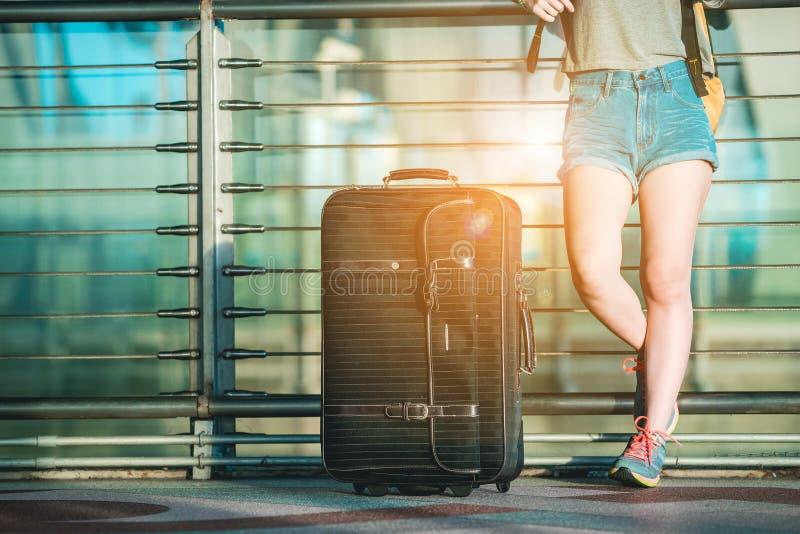Το ασιατικό έφηβη περιμένει να ελέγξει την πτήση στο διεθνή αερολιμένα στοκ εικόνα