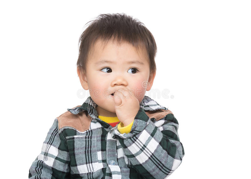 Το ασιατικό αγοράκι απορροφά το δάχτυλο στο στόμα στοκ φωτογραφία με δικαίωμα ελεύθερης χρήσης
